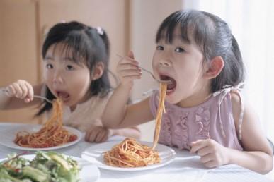 Cho trẻ ăn no trước lúc đi ngủ có tốt cho quá trình tăng chiều cao?
