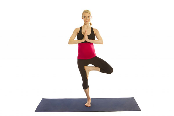 Bài tập Yoga với tư thế Tree Pose cho bà bầu 3 tháng đầu thai kỳ