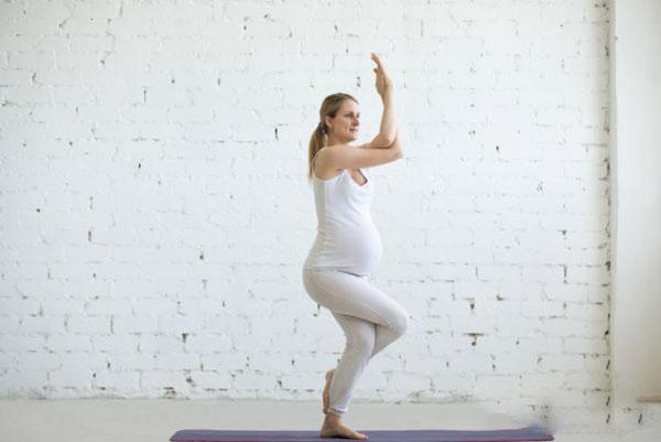 Bài tập Yoga với tư thế Eagle Pose cho bà bầu 3 tháng đầu thai kỳ