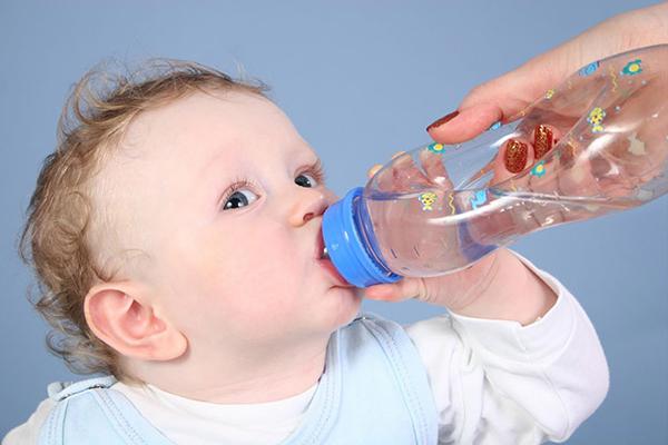 Việc uống nước lọc không chỉ tốt cho cơ thể mà còn hạn chế tình trạng chán ăn ở trẻ