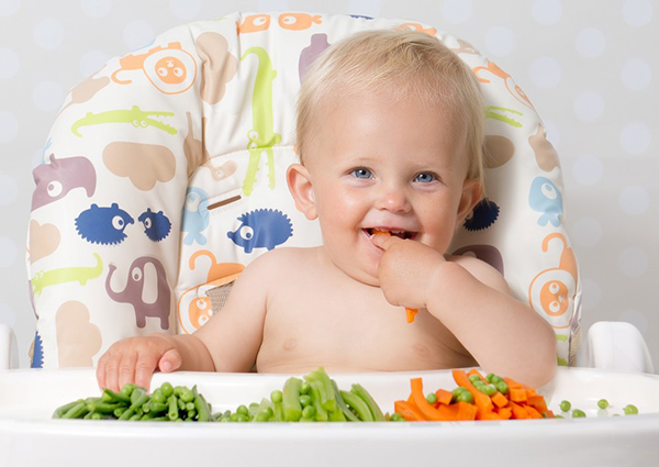 Mẹ nên cho bé tiếp xúc sớm với đa dạng các loại thực phẩm