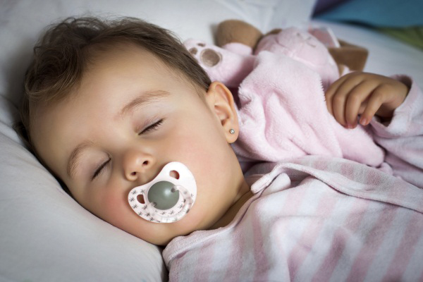 Ngậm núm vú giả không chỉ giúp trẻ dễ ngủ mà còn hạn chế chứng đột tử ở trẻ nhỏ