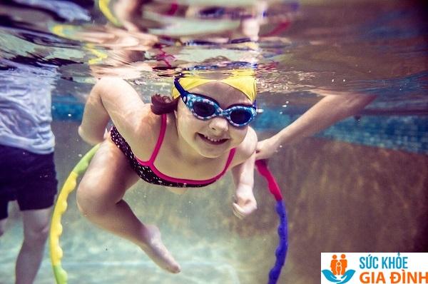 Cho trẻ 5 tuổi học bơi lội.