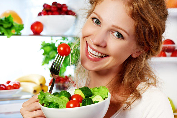 Ăn nhẹ và chia thành nhiều bữa giúp mẹ bầu bổ sung đủ năng lượng dinh dưỡng cho thai nhi phát triển tốt